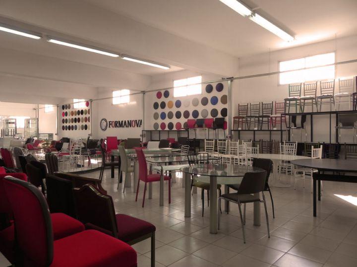 Showroom formanova f brica de sillas y mesas para el for Fabrica de sillones de oficina